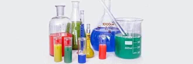 üvegekben színes folyadék